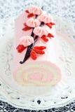 Rulltårta med jordgubbekräm, vanilj och gojibär Arkivfoton