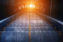 Rulltrappa av gångtunnelstationen Arkivfoto