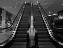 Rulltrappa B&W i den Kronen shoppinggallerian i Danmark Royaltyfri Bild