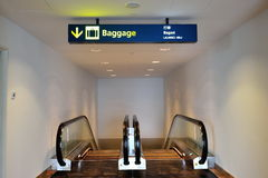 rulltrappa för områdesbagagesamling som för till Royaltyfri Foto