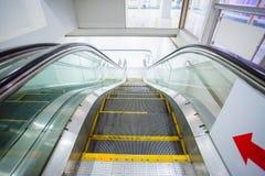 Rulltrappa i affärskontorsbyggnad Rörande övre trappuppgång royaltyfri bild