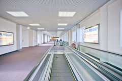 Rulltrappa i flygplatskorridorerna royaltyfri fotografi
