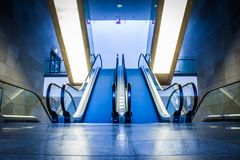 Rulltrappa i modern byggnad Royaltyfri Bild