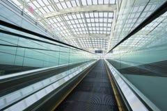 Rulltrappa i Pekinghuvudinternationell flygplats Royaltyfri Fotografi