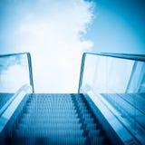 Rulltrappa och blå sky Royaltyfri Foto