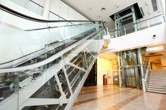 Rulltrappa och elevator, trappa Arkivbilder