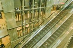 Rulltrappa och rak stege i shoppinggalleria arkivfoton