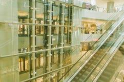 Rulltrappa och rak stege i shoppinggalleria royaltyfri foto