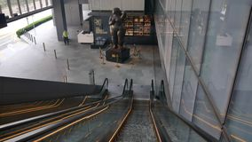 Rulltrappa och skulpturen i OUE i city arkivfilmer