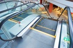Rulltrappa och tom modern shoppinggalleriainre Arkivbild