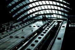 Rulltrappa på Canary Wharf den underjordiska stationen royaltyfri bild