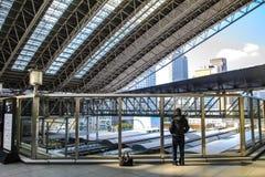 Rulltrappa på JREN Osaka Station Arkivfoton