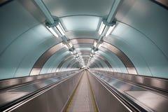Rulltrappa rörande ramp i tunnelbanagångtunnelen StPeterburg arkivbilder