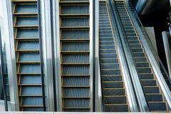 Rulltrappa svartvit trappuppgång, monokrom abstrakt konst arkivbild