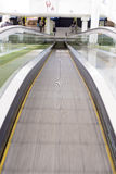 Rulltrappaflyttning som ner ser Fotografering för Bildbyråer