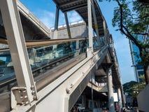 Rulltrappan går upp drevstation i midtown royaltyfri fotografi