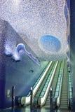 Rulltrappan på utgången av den rummosaikToledo stationen i Naples Arkivbild