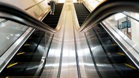 rulltrappan shoppar arkivfoton