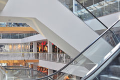 Rulltrappor av en shoppinggalleria Royaltyfri Bild