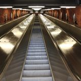 Rulltrappor i den Stockholm gångtunnelen Arkivbilder
