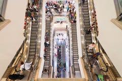 Rulltrappor i den Suria KLCC shoppinggallerian Royaltyfri Foto