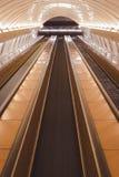 Rulltrappor i en rörstation i Prague arkivbilder