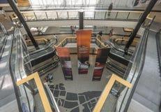 Rulltrappor i shoppinggalleri Arkivbild