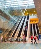 Rulltrappor på den Changi flygplatsen, Singapore Royaltyfri Bild