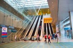 Rulltrappor på den Changi flygplatsen, Singapore Arkivfoto