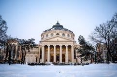RUMÄNIEN Bucharest, 22 01 2016 är den rumänska athenaeumen som fångas i den, glansen i mitt av vintern Royaltyfria Bilder
