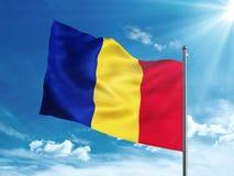 Rumänien fahnenschwenkend im blauen Himmel Stockbild