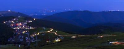 Rumänien - panoramautsikt av den Ranca byn royaltyfria foton