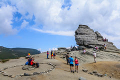 RUMÄNIEN - SEPTEMBER 27, 2015-View av Sfinx, ett naturligt bergbildande i form av en mänsklig framsida SEPTEMBER 27, i Rumänien Arkivbild