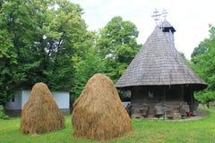Rumänische alte hölzerne Kirche Stockfotos