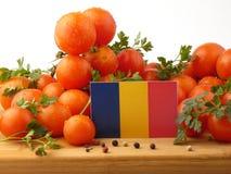 Rumänische Flagge auf einer Holzverkleidung mit den Tomaten lokalisiert auf einem Whit Lizenzfreie Stockbilder