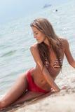 Rumänische Frau mit Bikini im hellenischen Strand Lizenzfreie Stockbilder