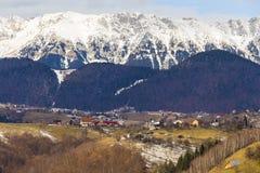 Rumänische ländliche Ansicht, welche die Karpaten gegenüberstellt Lizenzfreie Stockbilder