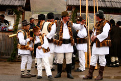 Rumänische Landarbeiter, die traditionelle Kostüme tragen Lizenzfreie Stockbilder