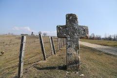Rumänische Landschaft: Altes Steinkreuz Stockfotos