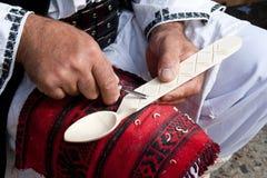 Rumänische traditionelle hölzerne Löffelherstellung lizenzfreie stockfotografie