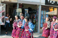 Rumänische traditionelle Volkstanzgruppe lizenzfreies stockbild