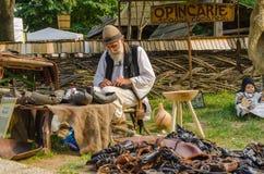 Rumänischer alter Mann, der im traditionellen Kostüm trägt Lizenzfreie Stockbilder