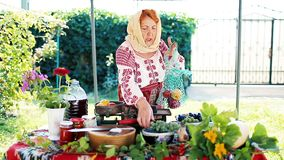 Rumänischer Bauer, der lokale Produkte verkauft stock footage