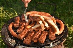 Rumänischer Grill, mici, crenvusti, slanina Stockfotos