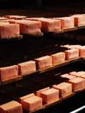 Rumänischer Käse nasal auf Metallregalen in der Grotte lizenzfreies stockbild