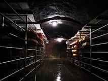 Rumänischer Käse nasal auf Metallregalen in der Grotte stockfoto