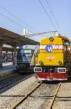 Rumänischer königlicher Zug gegen modernen Personenzug Stockbild