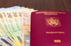 Rumänischer Pass mit Geld Stockfotografie