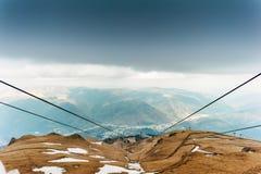 Rumänisches Dorf von der Spitze der Karpatenberge Stockfoto