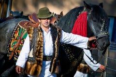 Rumänisches traditionelles Kostüm in Bucovina-Grafschaft auf Feierzeit lizenzfreie stockfotografie